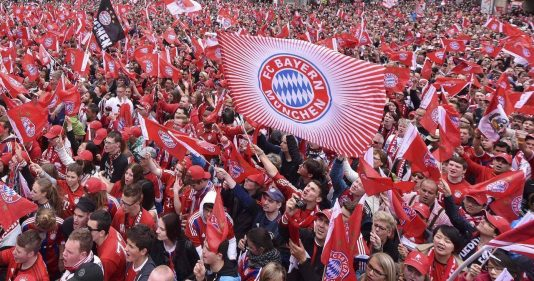 Bayern Munich fans wait in front of the town hall for their victory parade for winning the German Bundesliga title, in downtown Munich, Germany May 24, 2015.   REUTERS/Lukas Barth