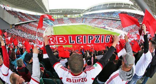 huGO-BildID: 42720480 ARCHIV - ARCHIV- Fußball 3. Liga 37. Spieltag: RB Leipzig gegen FC Saarbrücken am 03.05.2014 in der Red-Bull-Arena in Leipzig (Sachsen). Die Leipziger Fans feuern ihre Mannschaft an. Foto: Jan Woitas/dpa (zu dpa «Leipzig darf auf Solidarität hoffen: «Fairer Umgang für jeden Club»» vom 25.03.2015) +++(c) dpa - Bildfunk+++