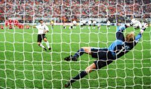 MILAN, ITALY - MAY 23:  CHAMPIONS LEAGUE 00/01 FINALE in Mailand; FC BAYERN MUENCHEN - FC VALENCIA 6:5 nach Elfmeterschiessen; FC BAYERN MUENCHEN CHAMPIONS LEAGUE SIEGER 2001; TORWART Oliver KAHN/BAYERN haelt den Elfmeter von Zlatko ZAHOVIC/VALENCIA  (Pho