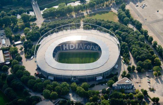 """ARCHIV - Die HDI Arena in Hannover (Niedersachsen), die Heimspielstätte des Fußball-Bundesligisten Hannover 96, aufgenommen am 15.07.2013. Am 08.11.2013 treffen zum ersten mal seit 10 Jahren die Vereine von Hannover 96 und Eintracht Braunschweig zum Niedersachsen-Derby aufeinander. Foto: Julian Stratenschulte/dpa (zu lni """"Das Warten hat ein Ende:Erstes Derby seit zehn Jahren"""" vom 08.11.2013) +++(c) dpa - Bildfunk+++"""
