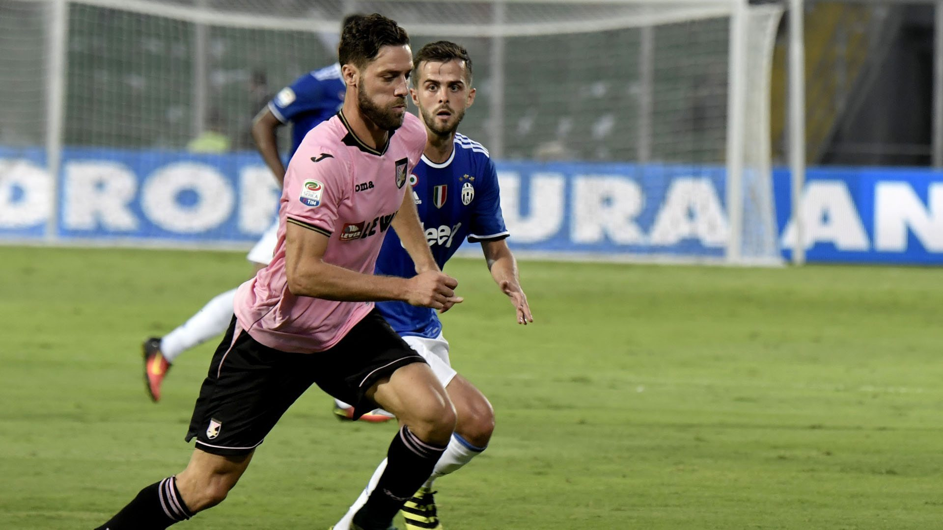 Juventus' midfielder Miralem Pjanic (R) fights for the ball with Palermo's defender from Italy Andrea Rispoli during the Italian Serie A football match Palermo vs Juventus on September 24, 2016 at the Renzo Barbera stadium in Palermo.  / AFP / TIZIANA FABI        (Photo credit should read TIZIANA FABI/AFP/Getty Images)