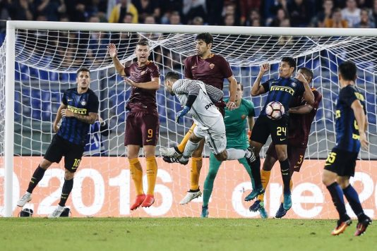 Inter's goalkeeper Samir Handanovic (C) in action trying to score in the last minute of the Italian Serie A soccer match AS Roma vs FC Inter at Olimpico stadium in Rome, Italy, 02 October 2016. ANSA/ANGELO CARCONI