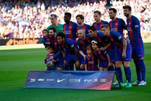 Barcelona-players-pose-with-children-of