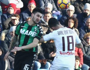 REGGIO NELL'EMILIA, ITALY - JANUARY 08:  Matteo Politano (L) of Sassuolo competes for the ball in air with Mirko Valdifiori of Torino during the Serie A match between US Sassuolo and FC Torino at Mapei Stadium - Citta' del Tricolore on January 8, 2017 in Reggio nell'Emilia, Italy.  (Photo by Maurizio Lagana/Getty Images)